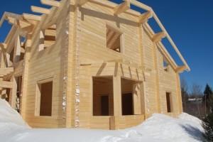 Особенности строительства домов из дерева зимой